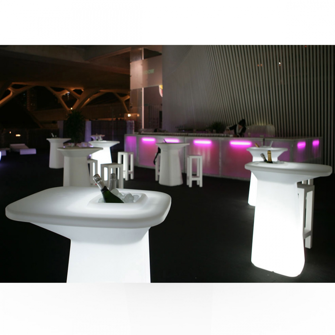 Table haute avec rangement design led rgb moma vondom for Table d exterieur design