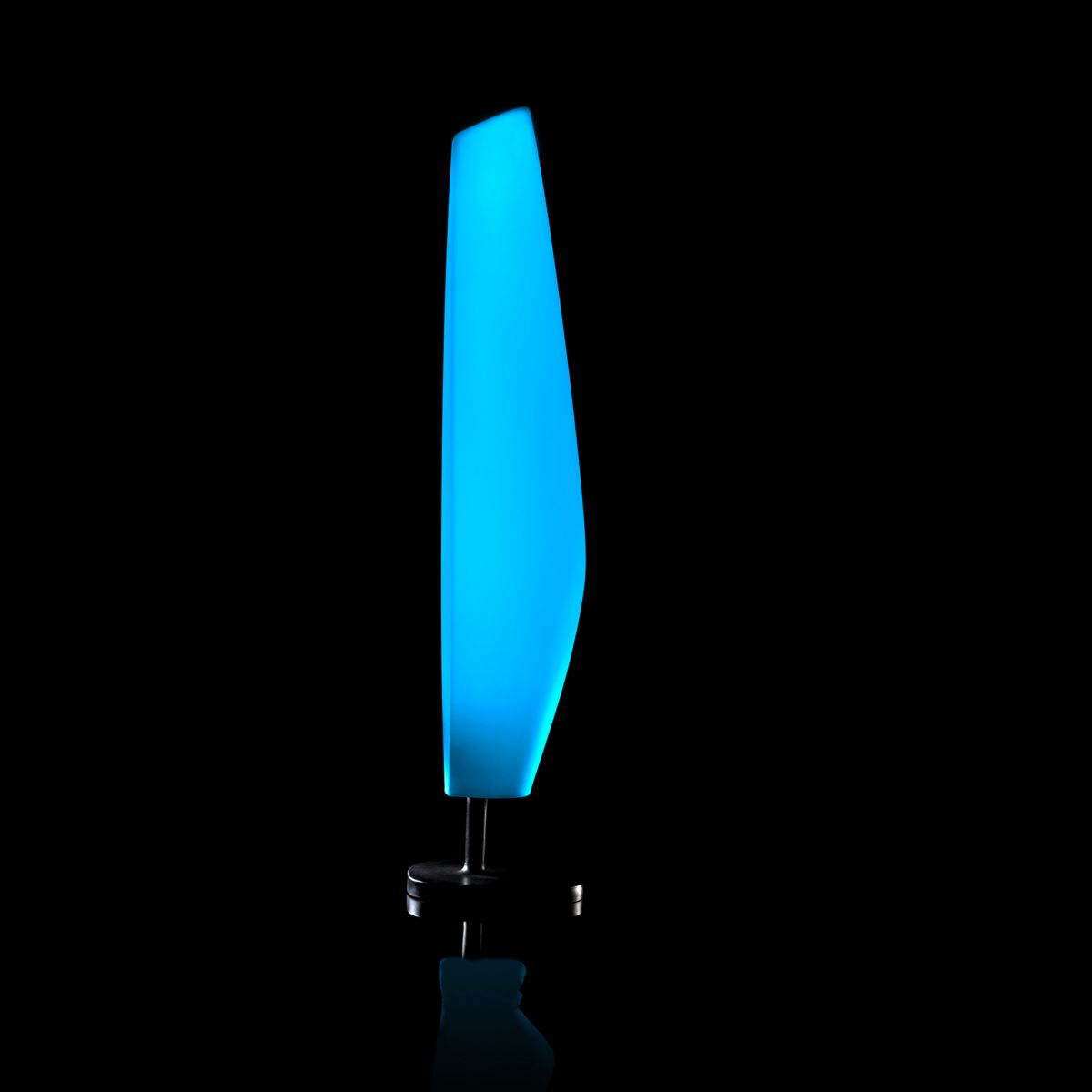 Lampe design vondom blanca led rgb lampes sur pieds for Lampe exterieur led design