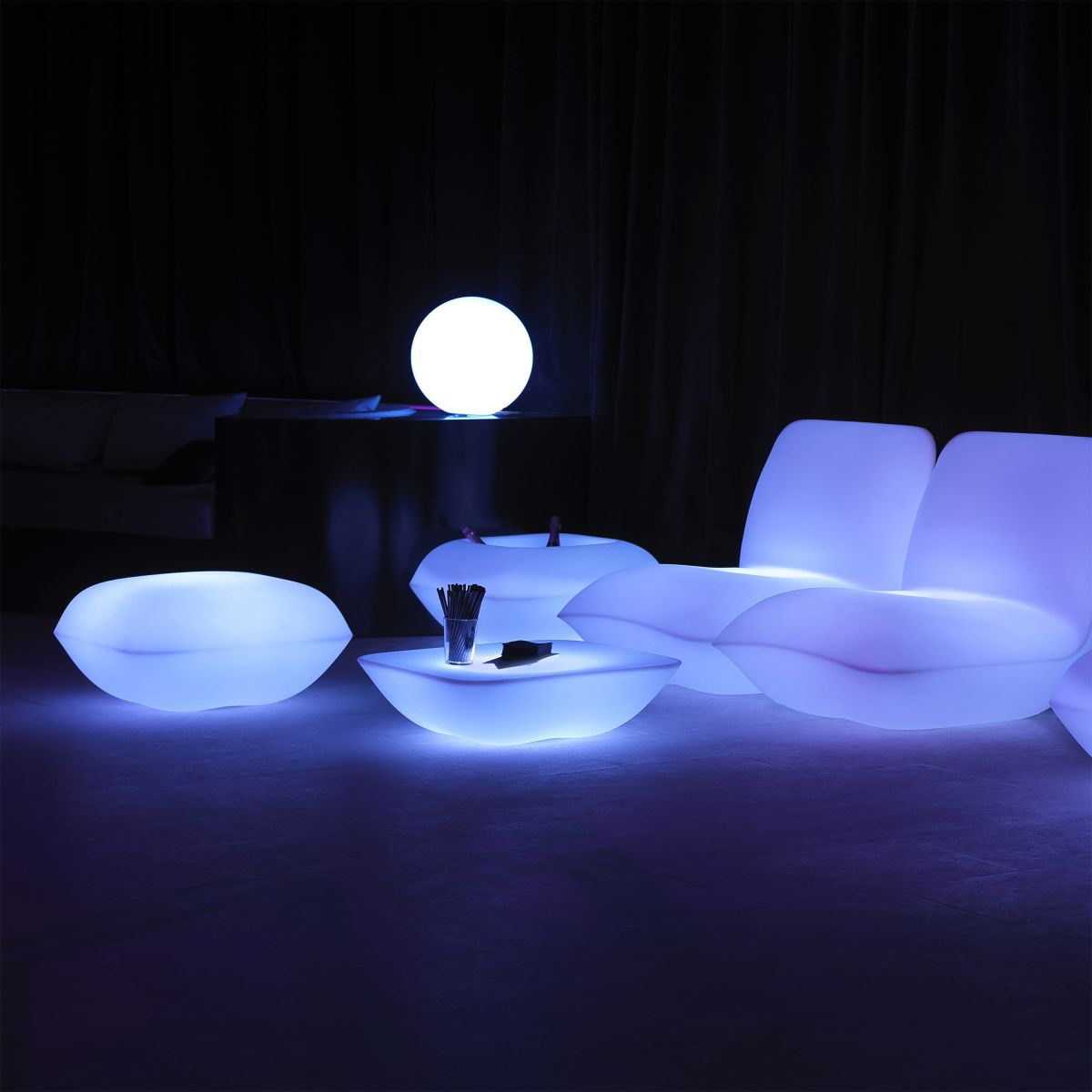 table basse lumineuse led pillow vondom zendart design. Black Bedroom Furniture Sets. Home Design Ideas