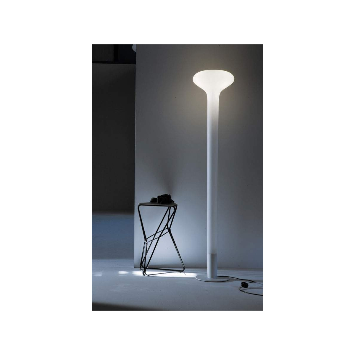 lampadaire martinelli luce pin led lampadaires design martinelli. Black Bedroom Furniture Sets. Home Design Ideas