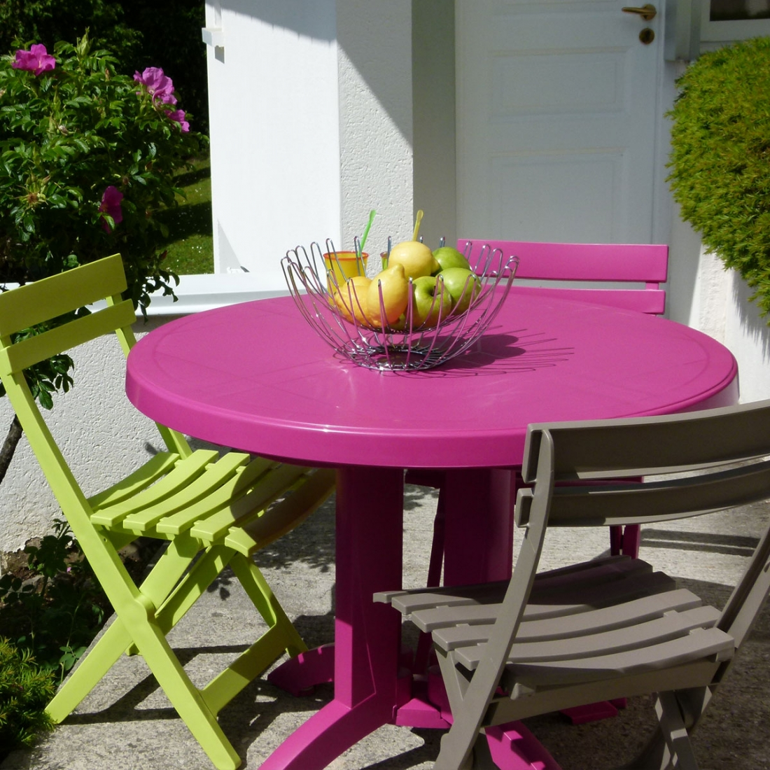 beautiful salon de jardin table ronde pvc photos. Black Bedroom Furniture Sets. Home Design Ideas