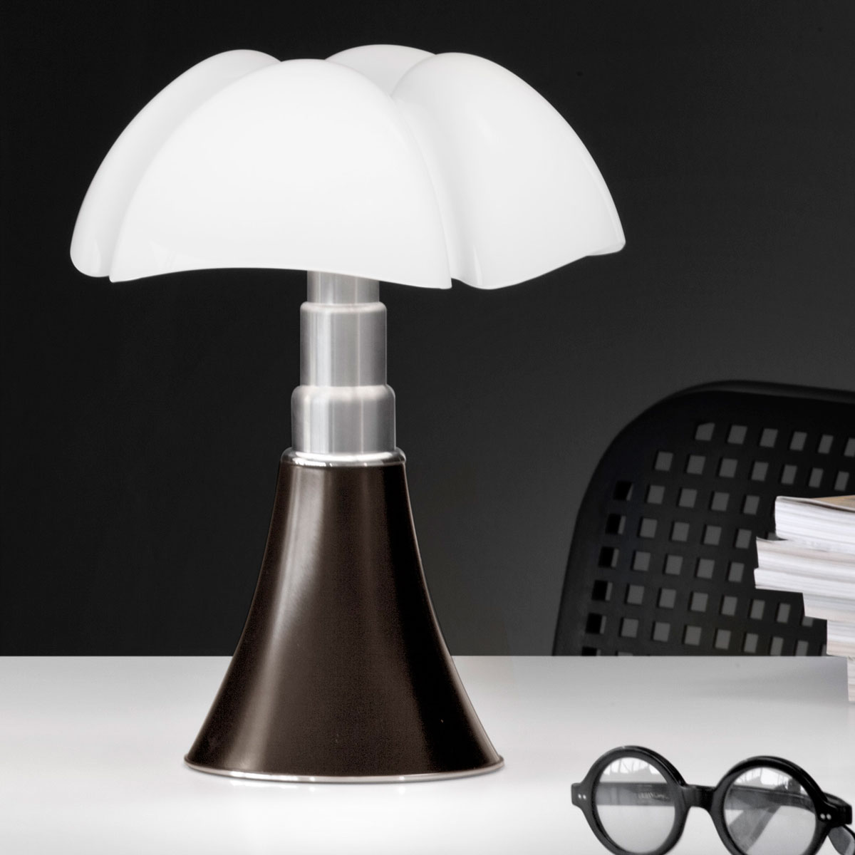 hommage la lampe design pipistrello a 50 ans. Black Bedroom Furniture Sets. Home Design Ideas
