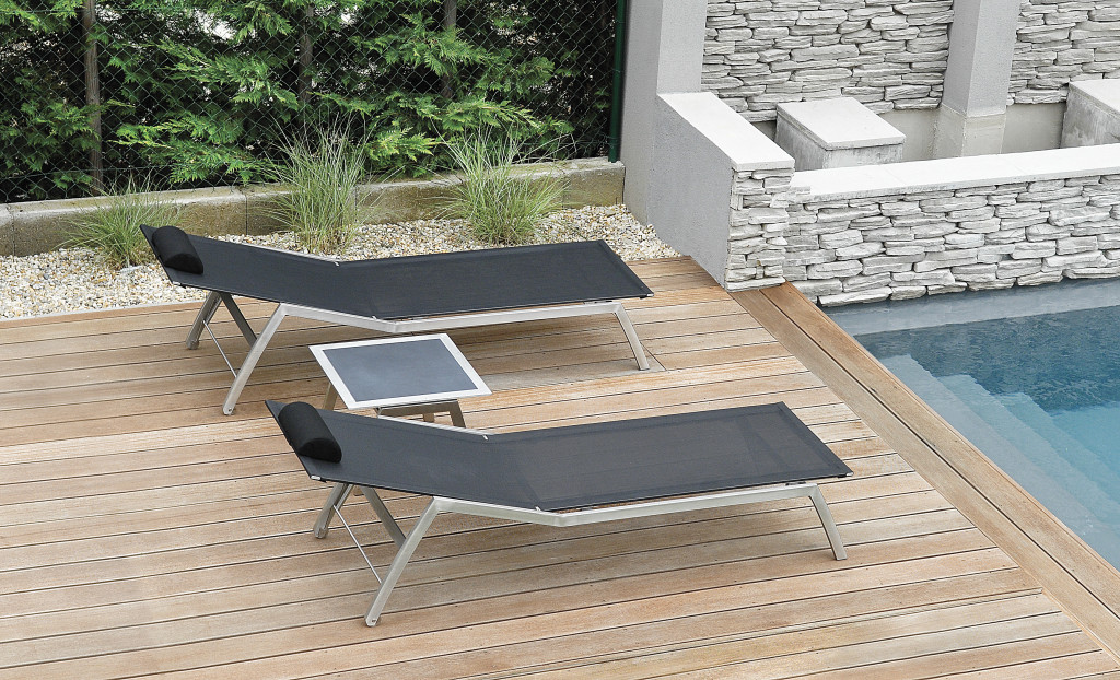 Todus_Batyline loungers_side table by the pool
